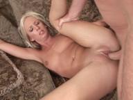 Vidéo porno mobile : Elle lui saute sur la bite et la glisse dans sa fente